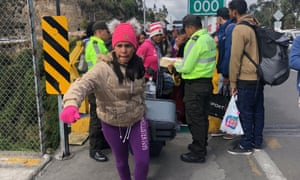 A queue of Venezuelan immigrants in Rumichaca as they try to enter Ecuador to reach the humanitarian channel that will take them to Peru.
