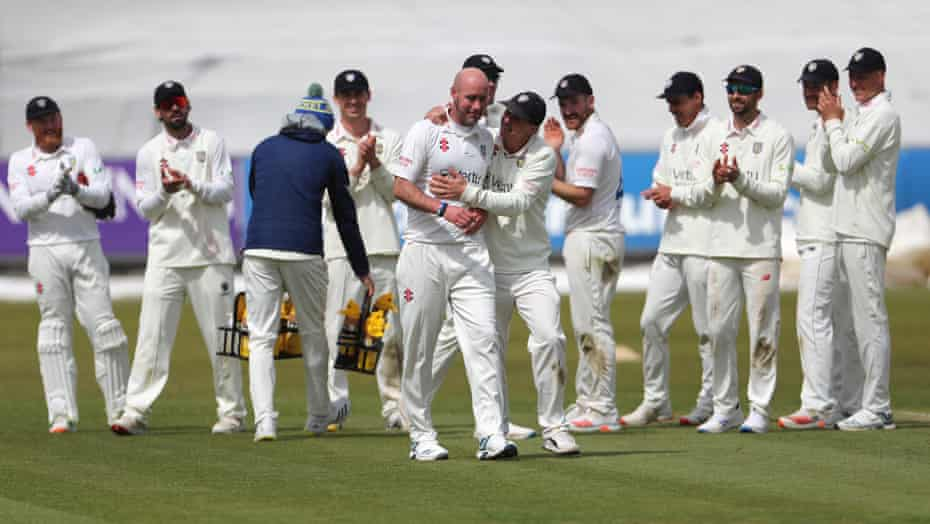 یک کریس راشورث احساسی توسط هم تیمی هایش تبریک می گوید.