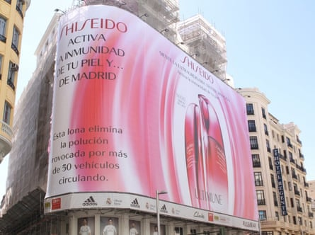An advertising billboard in the Gran Vía of Madrid, impregnated with titanium dioxide which Shiseido claimed would allow CO2 to be disintegrated, reducing pollution.