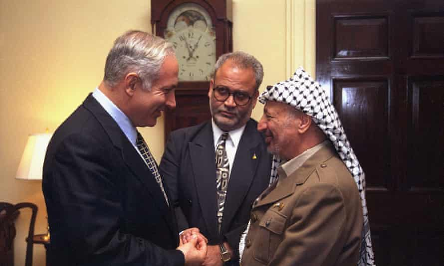 Saeb Erekat, centre, with Benjamin Netanyahu, left, and Yasser Arafat at a summit at the White House in 1996.