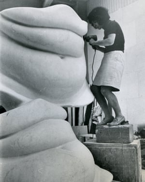 The artist working on Grands Ventres [Big Bellies] in 1968 © ADAGP, Paris 2017. Courtesy The Alina Szapocznikow Archive/Piotr Stanislawski/National Museum in Krakow. Photo by Roger Gain for Elle, courtesy the Museum of Modern Art, Warsaw.
