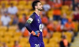 A mistake by veteran Wanderers goalkeeper Vedran Janjetovic led to a late equaliser by Brisbane Roar on Friday.