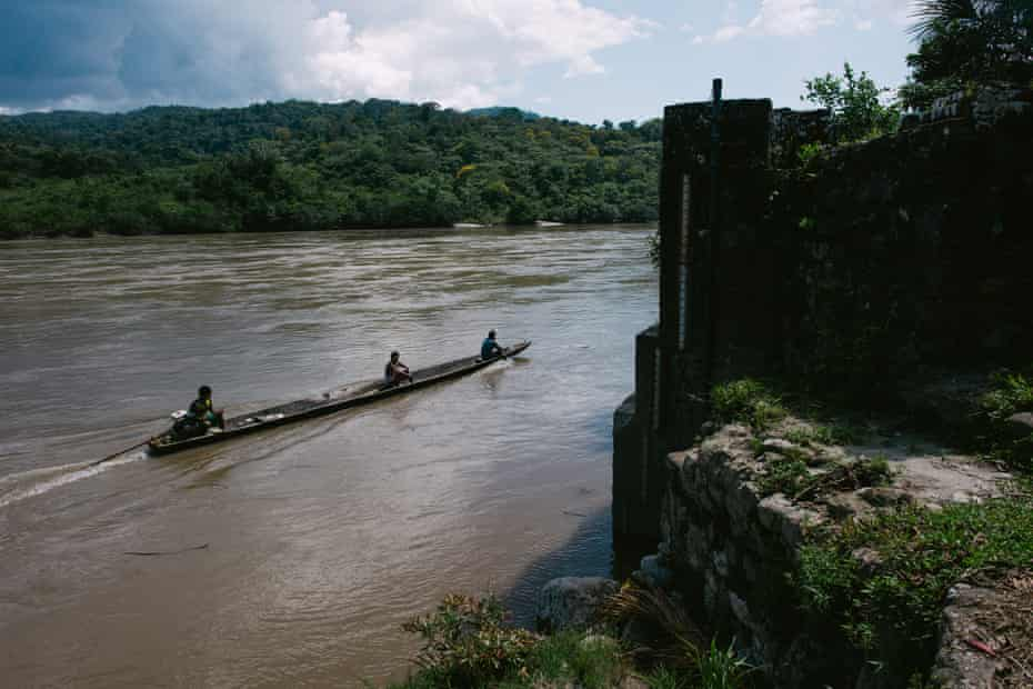 A canoe navigates up the Marañón river towards the perilous pongo – rapids – of Manseriche