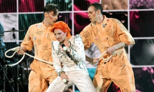 Lady Gaga gets tied up in homage to Bowie's Diamond Dogs tour at the Grammys.