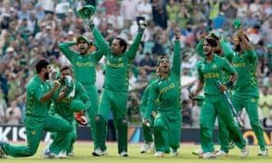 巴基斯坦球员在椭圆形球场庆祝胜利。