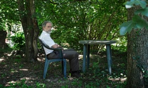 Cristóbal Colón sitting under a shaded tree