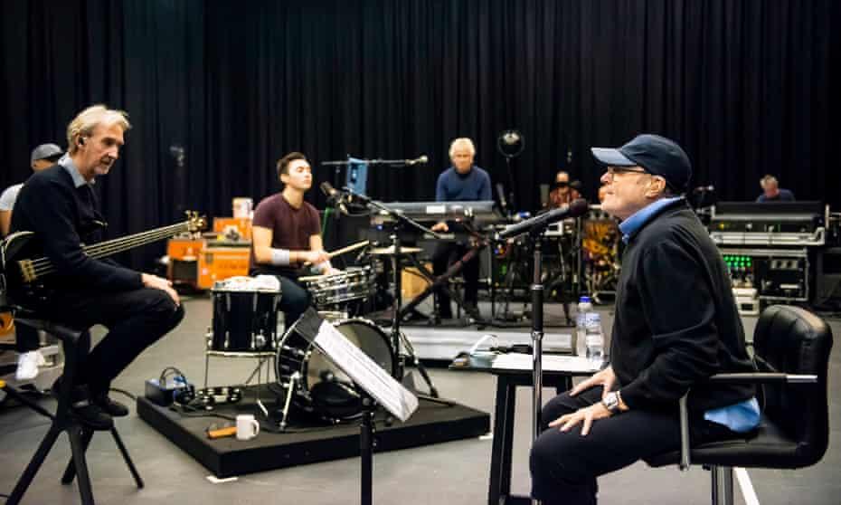 Génesis ensayando, con Nic, el hijo de 20 años de Phil Collins, en la batería