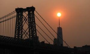 Le coucher de soleil brumeux sur New York mardi a été causé par la fumée des incendies de forêt dans l'ouest.