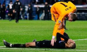 David de Gea consoles Kylian Mbappé after the full-time whistle.