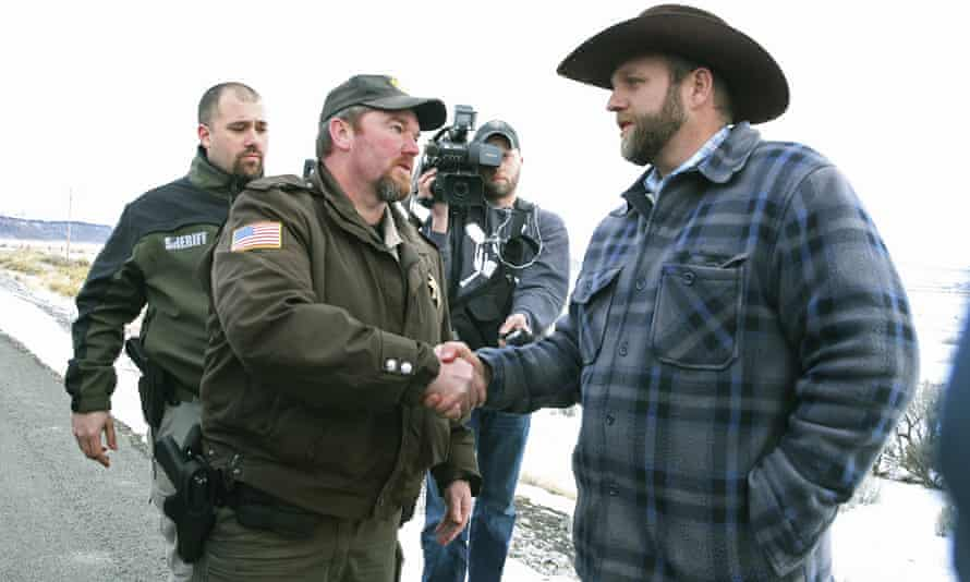 Harney County sheriff Dave Ward meets with Ammon Bundy outside the wildlife refuge.