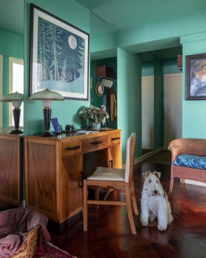 Sea green: Art Deco styling, parquet and a pet in the flat.