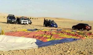 警方检查了位于卢克索的热气球坠毁地点。