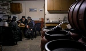 Οι μοναχοί κάθονται και μιλάνε καθώς παράγουν κρασί.
