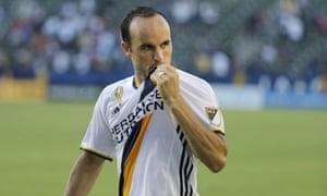 Landon Donovan kisses the badge on his return to LA Galaxy