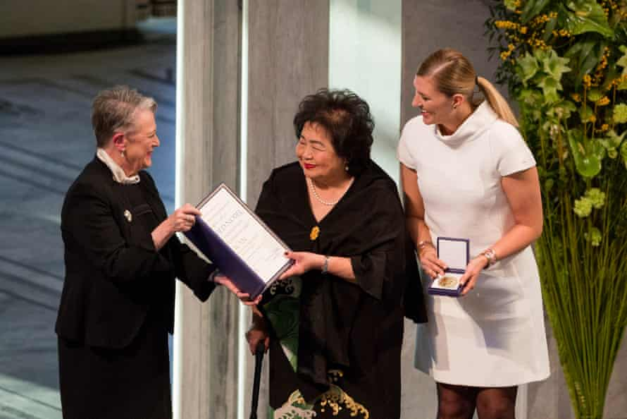Berit Reiss-Andersen, left, leader of the Nobel committee, presents the Nobel peace prize to Setsuko Thurlow, a Hiroshima survivor, and Beatrice Fihn, executive director of the International Campaign to Abolish Nuclear Weapons, in Oslo, 2017.
