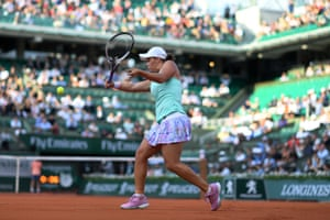 Ashleigh Barty plays a backhand return as she attempts to stay in the game against Serena Williams.