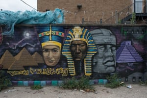 Princess Nefertiti and Toltec head, Black and Brown Unity, Ogden Avenue at Ridgeway Avenue, Chicago, 2017. Mural flanked by Egyptian and Mexican pyramids