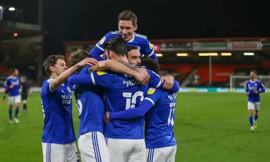 Kieffer Moore merayakan setelah mencetak gol kedua Cardiff dari titik penalti.