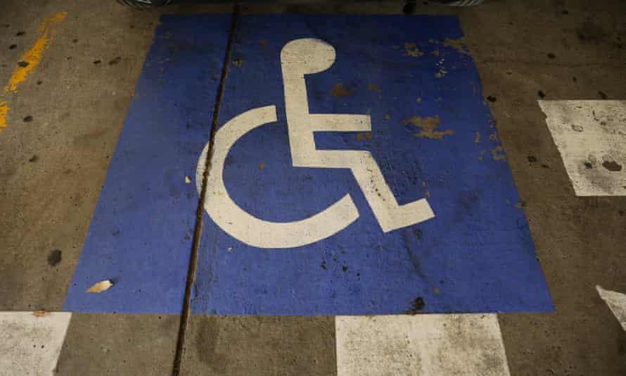 Logotipo de estacionamiento para discapacitados en el piso del estacionamiento