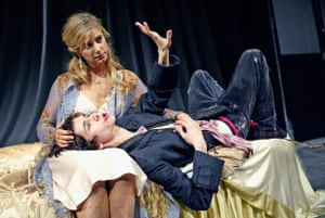 Ben Whishaw (Hamlet) and Imogen Stubbs (Gertrude) at the Old Vic in 2004, in a production directed by Trevor Nunn
