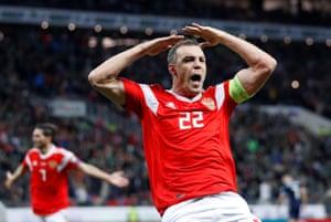 Dzyuba makes it 3-0 Russia.