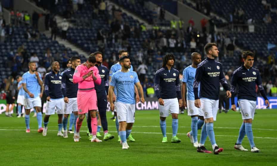 os jogadores da cidade de Manchester se preparam para coletar suas indesejáveis medalhas de prata.