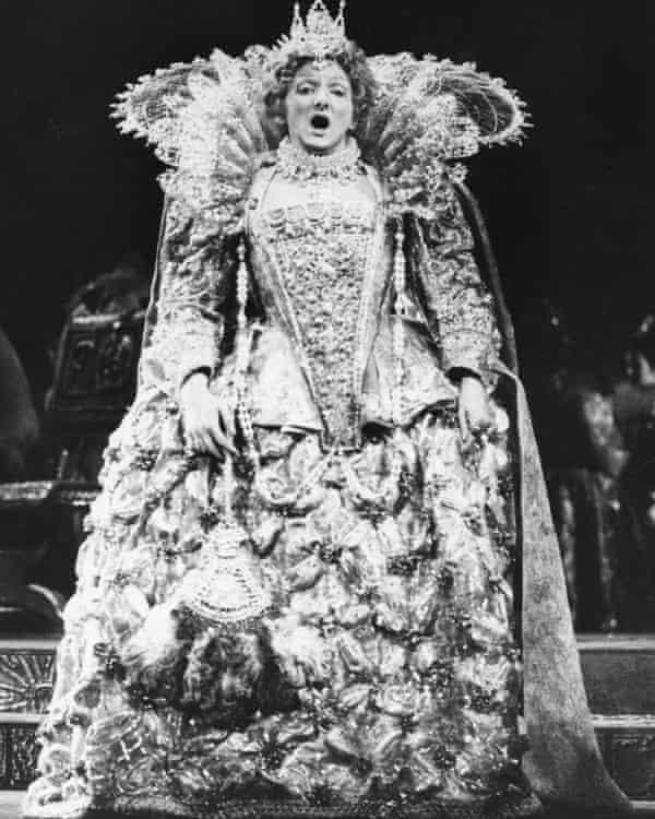 پائولین تینسلی در نقش ملکه الیزابت اول در حین تمرین برای ماری استوارت ، دونیزتی ، در سالن اجلاس لندن در سال 1973.