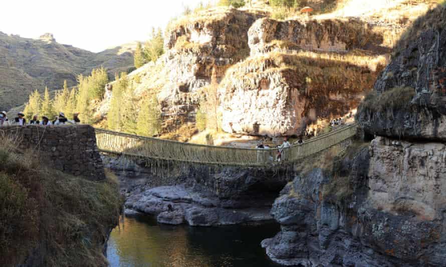 Μέλη της κοινότητας Huinchiri ξαναχτίζουν τη γέφυρα Qeswachaka στην επαρχία Canas, Περού.  Η γέφυρα εκτείνεται στον ποταμό Apurimac.
