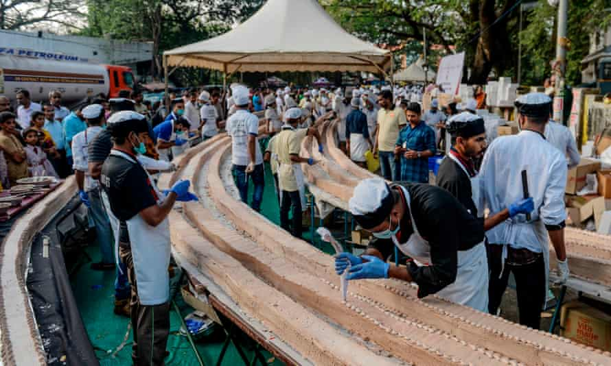 The cake wound around thousands of tables to reach it's 6.5km length.