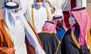 Putra Mahkota Mohammed bin Salman (kanan) menyambut Emir Qatar Tamim bin Hamad Al-Thani di bandara di Al-Ula, Arab Saudi.
