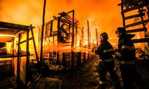 Os bombeiros lutam contra um incêndio na favela de Osasco, em São Paulo, Brasil, em 13 de setembro de 2016.