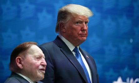 Trump bersama Adelson pada Pertemuan Tingkat Tinggi Nasional Dewan Amerika Israel di Florida pada Desember tahun lalu.  Adelson dan istrinya telah mengembangkan hubungan dekat dengan Trump.