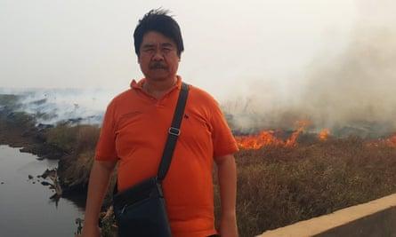 Bambang Hero Saharjo in front of burning forest
