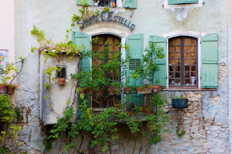 Village house, window, balcony, Moustiers-Sainte-Marie, Provence, France