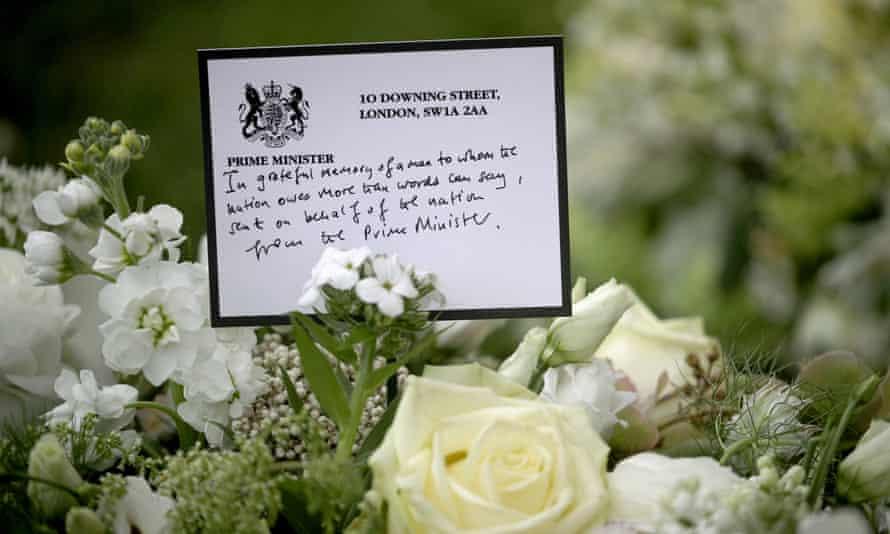 Wieniec został wysłany przez Borisa Johnsona w ramach hołdu kwiatowego przed kaplicą św. Jerzego w zamku Windsor.