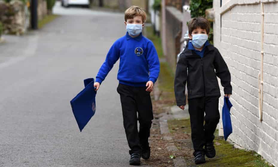 Children wearing smog pollution masks