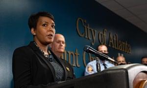 شهردار کیشا لنس باتومز روز چهارشنبه در یک کنفرانس مطبوعاتی صحبت می کند.