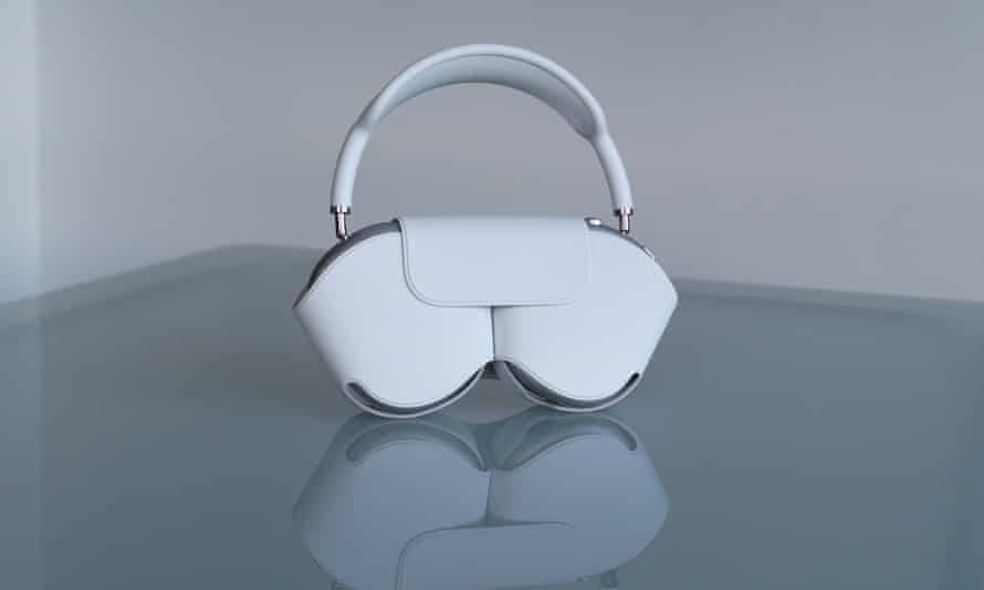 The soft-touch plastic fabric case looks a bit like a bra or a handbag and does not protect the headphones.
