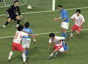South Korea striker Seol Ki Hyeon (C) scores the equalizer in the 88th minute against Italy to force extra-time in their second round 2002 World Cup match.
