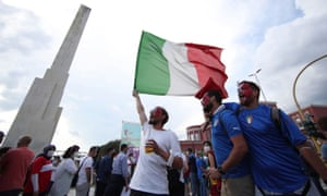 Italian fans give it some more.