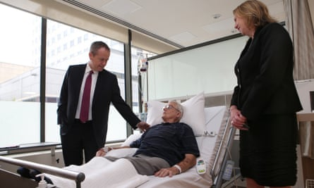 Bill Shorten and shadow health minister Catherine King talk with patient Leonard O'Rourke at St Vincent's hospital in Melbourne.