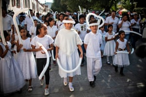 Children dress in white for a march in Huitzuco de los Figueroa organized by the Search Brigade
