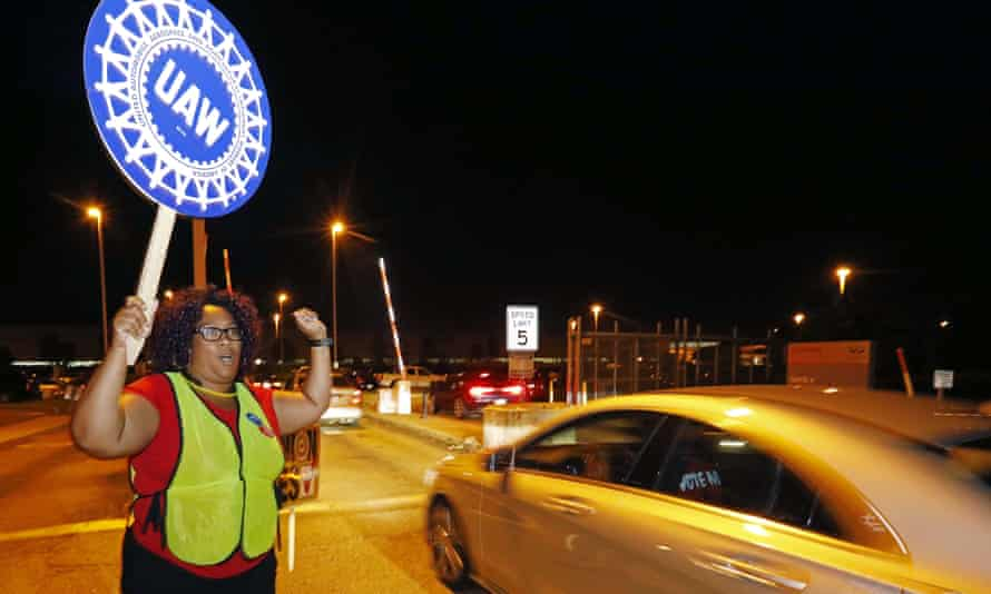 A United Auto Workers member encourages employees to vote for the union at an entrance to the Nissan vehicle assembly plant in Canton.
