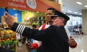 Joe Joyce of Great Britain takes a selfie with British Airways Captain Steve Hawkins.