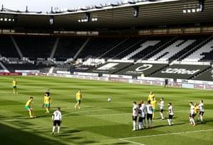 Kieran Dowell of Norwich City scores the opening goal.