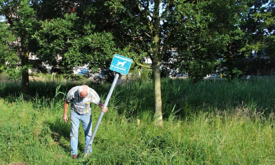 Fixing a crooked signpost on a neighbourhood walk in Spoorwijk.