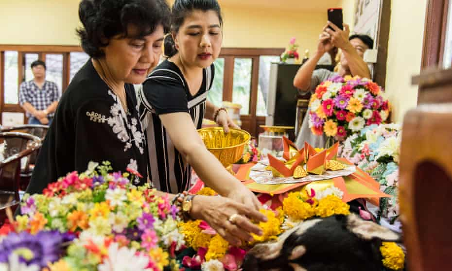 Pimpha Darakon Na Ayuttha (left) and her daughter Nathanee, say goodbye to Ninja during a ceremony in Bangkok.