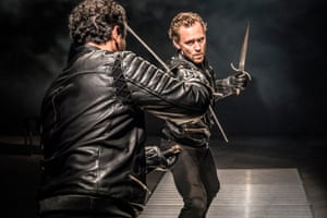 Irfan Shamji (Laertes) and Tom Hiddleston (Hamlet).
