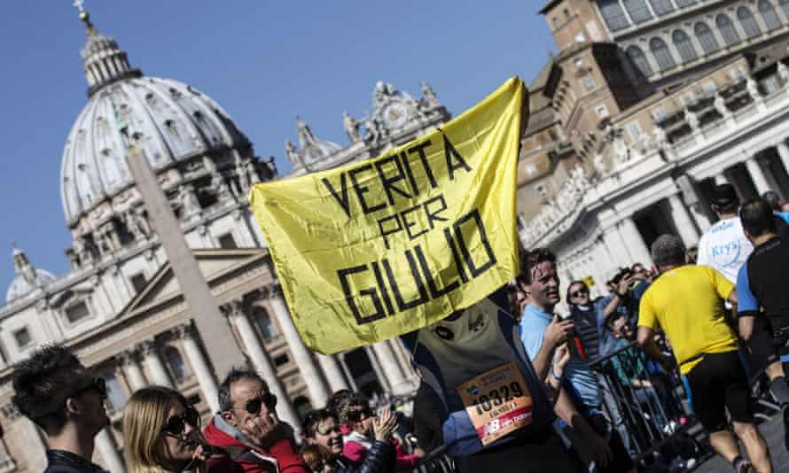 A banner saying 'Verita per Giulio [Truth for Giulio]' is displayed during the Rome marathon