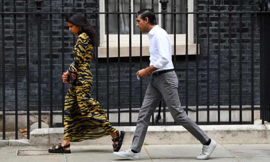 ريشي سوناك ، المستشار وزوجته أكشاتا مورثي يغادران من رقم 10 داونينج ستريت.  14 أغسطس 2020